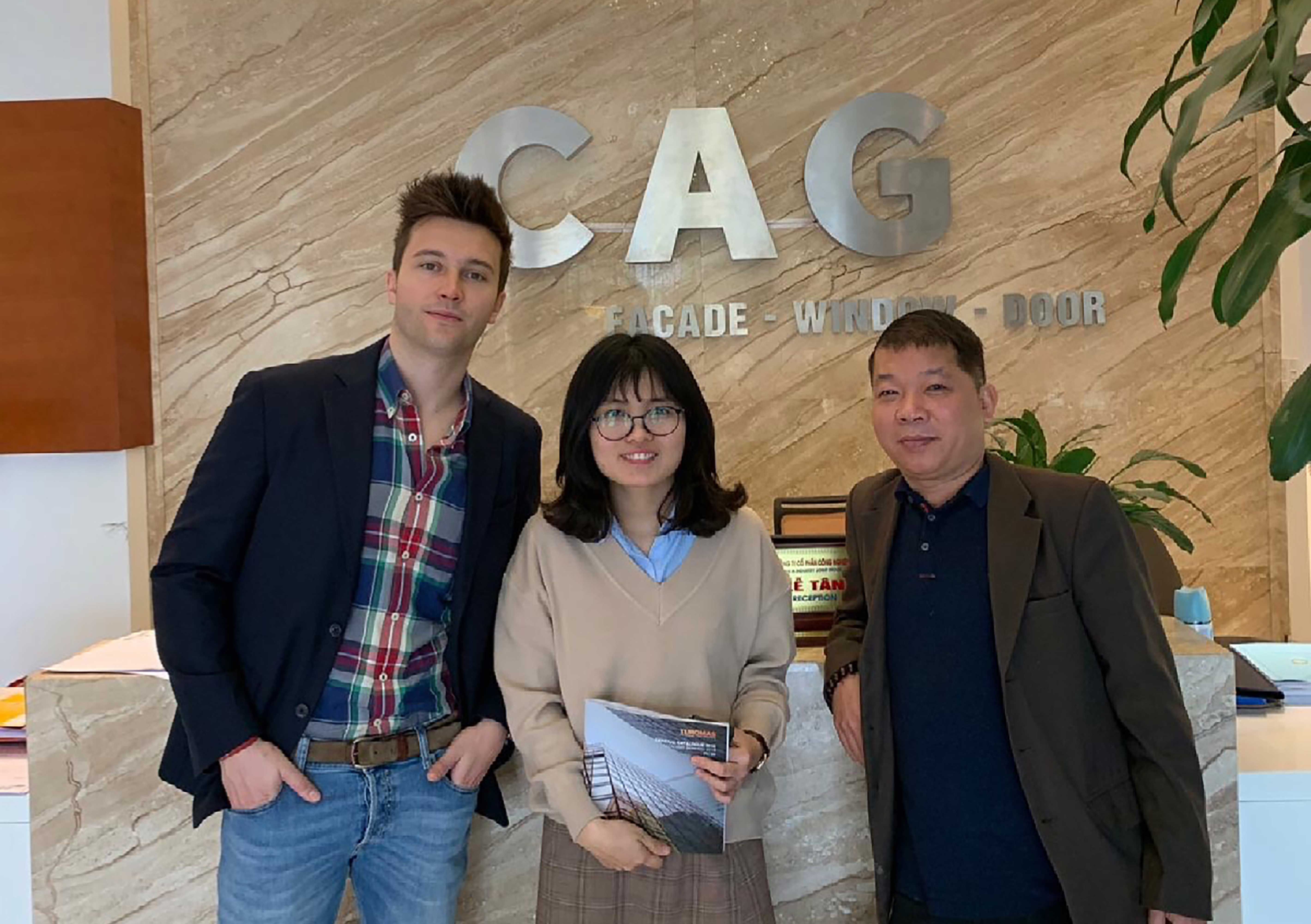 The Vice President of Turomas, Álvaro Tomás, with Michele Minh, CEO of Eurotechcorp, Turomas distributor in Vietnam. At the center, purchasing manager of the company CAG, one of the leading glass processors in the country.