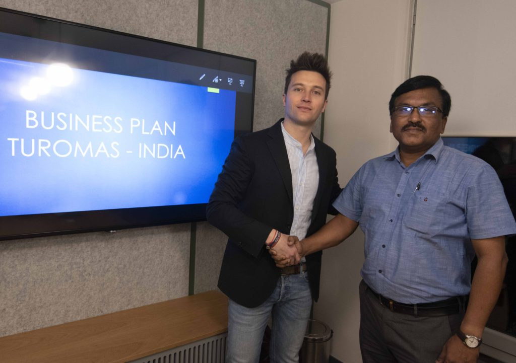 The Vice President of Turomas, Álvaro Tomás, together with Sajeev M. Poovadan, CEO of Thorngate Sales Cop., Turomas distributor in the Indian market.